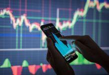 rader, który inwestuje w akcje giełdowe za pomocą aplikacji mobilnej